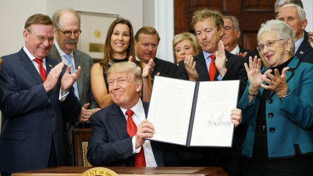 Трамп подписал указ, обходящий ряд положений Obamacare, фото AFP