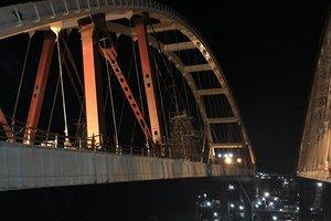 Строители установили автомобильную арку Крымского моста: появились фото
