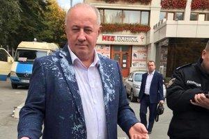 В Черновцах в нардепа Чумака бросили яйцом и облили кефиром