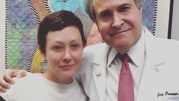 До слез: Шэннен Доэрти написала эмоциональный пост о раке и поделилась фото, где она лысеет