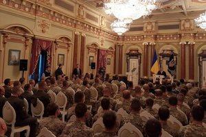 Прикрыл собой от взрыва гранаты: Порошенко присвоил Героя Украины бойцу ВСУ
