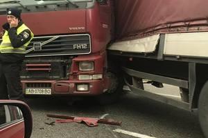 Под Киевом столкнулись две фуры и четыре легковушки