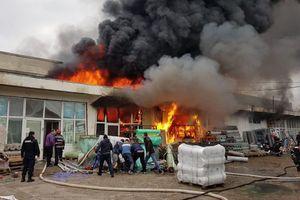 В Румынии горит склад химических веществ