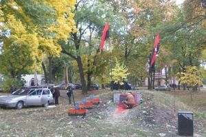 В Харькове облили краской памятник воинам УПА