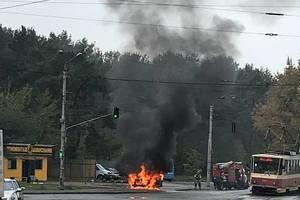 В Киеве возле рынка дотла сгорел автомобиль