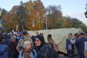 Протестующие начали ставить палатки под Радой
