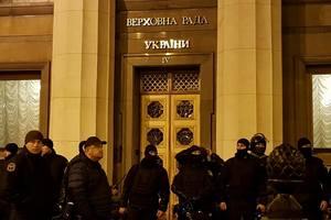 Возле здания Верховной Рады прошли новые стычки