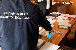 Во Львове директор-взяточник сдавал в аренду склады госпредприятия
