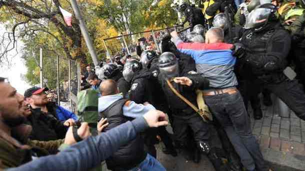 Протесты вцентре украинской столицы : всети интернет  появилось видео избиения полицейского митингующими