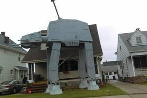 """Американец украсил дом двухэтажным боевым роботом из """"Звездных войн"""""""