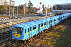 Человек попал под поезд на красной ветке метро Киева