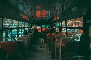Почему не стоит уступать старшим место в транспорте: британские ученые объяснили