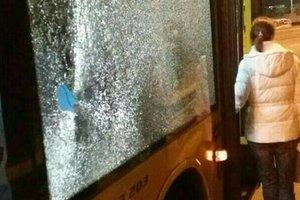 В Киеве хулиганы бросили камень в окно автобуса: сильно пострадала девушка