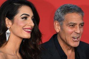 Джордж Клуни в компании жены-красавицы и тещи появился на премьере