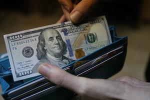 В Украине вырос доллар и упал евро
