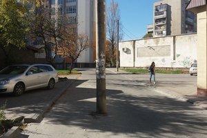 В Ивано-Франковске посреди дороги возвышается электрический столб