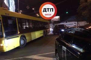 В Киеве Range Rover и автобус перекрыли улицу