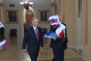 Трампа в здании Конгресса забросали российскими флажками