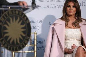На каблуках и в розовом пальто за три тысячи долларов: Мелания Трамп посетила школу в Мичигане