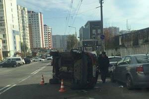 В Киеве в результате ДТП авто перевернулось на бок
