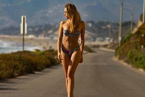 Боксер Шелестюк тренирует красавицу-жену на фоне знаменитой надписи Hollywood