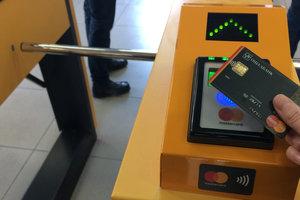 Проезд в скоростном трамвае на Троещине в Киеве теперь можно оплатить бесконтактно