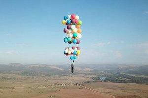 Видеошок: британец пролетел над Южной Африкой на воздушных шариках