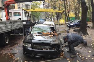 В Киеве от жилого дома убрали вонючее авто