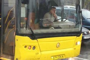 В Киеве водитель автобуса курил за рулем, а за замечание обругал пассажиров матом