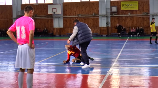 Футзал «по-харьковски»: тренер «вырубил» арбитра правым хуком