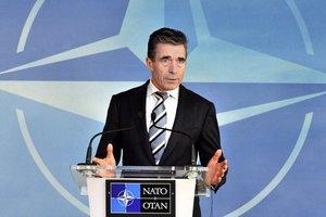 Рамуссен пояснил, что НАТО не может предоставить оружие Украине
