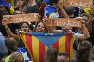 Каталония провозгласила независимость, с горсоветов снимают флаги Испании:  появилось видео