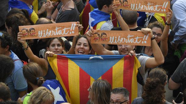 Совет Жироны снял флаг Испании после голосования впарламенте Каталонии