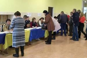 Выборы в Украине: зафиксированы нарушения, сообщают о подкупах