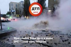 В Киеве на Караваевых дачах улицу заливает кипятком