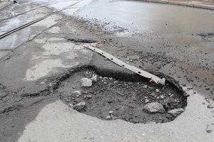 """Украина """"воюет"""" с ямами на дорогах: Гройсман озвучил цифры"""