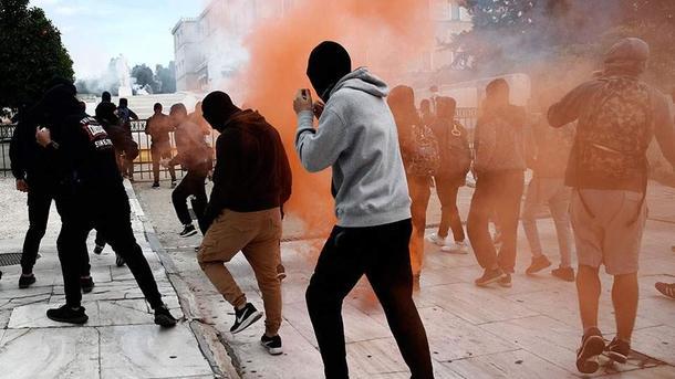 ВАфинах милиция применила слезоточивый газ вовремя митинга школьников