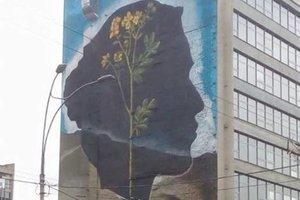 В Киеве появился новый мурал с женским профилем и желтым цветком