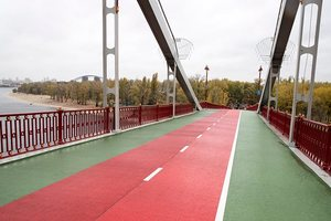 Pedestrian bridge in Kiev was red-green: what has changed after the repair
