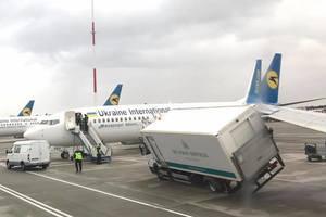 """В аэропорту """"Борисполь"""" грузовик попал под крыло самолета"""