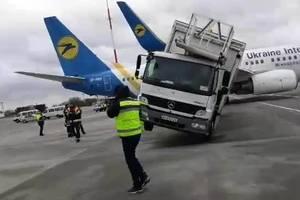 """Подробности ДТП в аэропорту """"Борисполь"""": пассажиров пересаживают в резервный самолет"""
