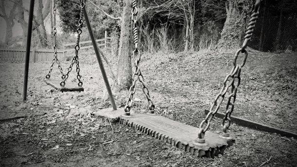 Ребенок упал скачелей вниз головой и умер — катастрофа вОдессе