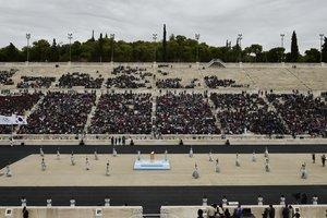 На Мраморном стадионе греки передали олимпийский огонь Пхенчхану