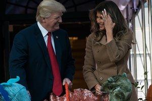 Хэллоуин в Белом доме: Мелания Трамп в пальто за три тысячи долларов вручила подарки детям