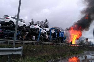 Мощный пожар на трассе Киев - Чоп:  пылает фура с новыми легковушками