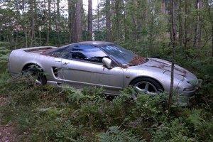 В питерском лесу нашли брошенный редкий суперкар Honda NSX