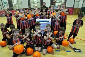 Дарио Срна подарил мячи и форму детям-переселенцам