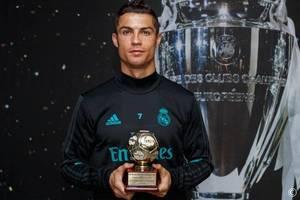 Криштиану Роналду получил награду лучшему бомбардиру 2016 года