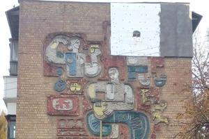 In Kiev ruined another mosaic on the façade for insulation