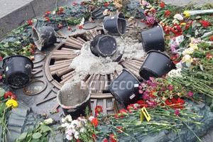 Вечный огонь в Киеве залили цементом: опубликованы фото